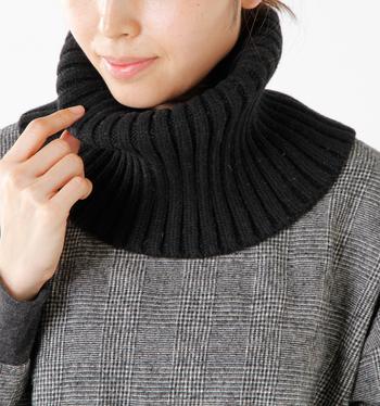 すぽっと被るとリブ編みのタートルネックを付けたように見えるコンパクトなスヌード。シンプルなトップスも、このスヌードを合わせるだけでまた違った雰囲気を楽しめて便利!首回りにしっかりフィットして冬の冷たい風から守ってくれます。