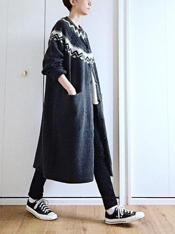 Iラインを作り、スタイルよく見せてくれるロングカーディガン。ブラックやグレーなどのダークトーンで揃えれば、幼いイメージのあるノルデッィク柄も、大人っぽくオシャレな雰囲気に。