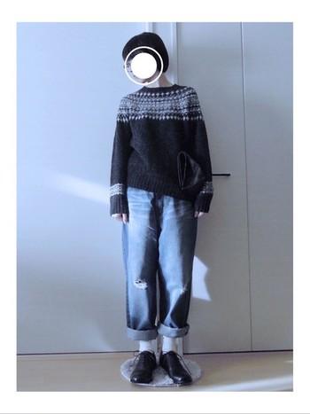 ダークトーンのノルディック柄セーターなら、ゆったりデニムに合わせたカジュアルスタイルも子供っぽくならずに着こなせます。足元はカッチリした靴を選べばより大人っぽさがアップします。