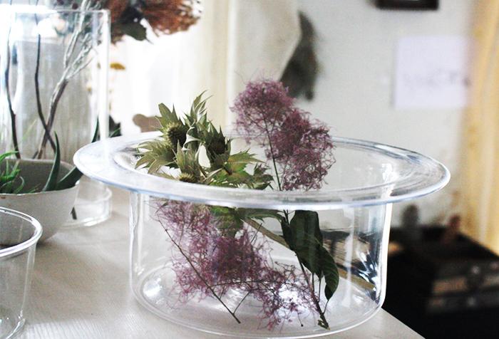 ナチュラルテイストに自然の草花を飾るのはいかがでしょうか?どんなお花をどんな風に飾れば、もっと素敵にお部屋を装うことができるのか。ガラスに水を張らず、ドライフラワーを入れる組み合わせも素敵です。たくさん並べてみてもいいですね。