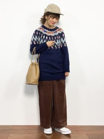 トレンドのゆったりコーデを作るなら、長め丈のセーターにボリュームのあるパンツを合わせましょう。小物の色を合わせることで、統一感ある大人のカジュアルコーデに。