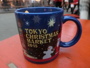 こちらでは本場ドイツと同じように、1つのマグカップでお代わりしながら各店のグリューワインを味うシステムです。マグカップはクリスマスマーケットの思い出に良いですね。ドイツでは、各マーケットのマグカップをコレクションする方がいるそうですよ。