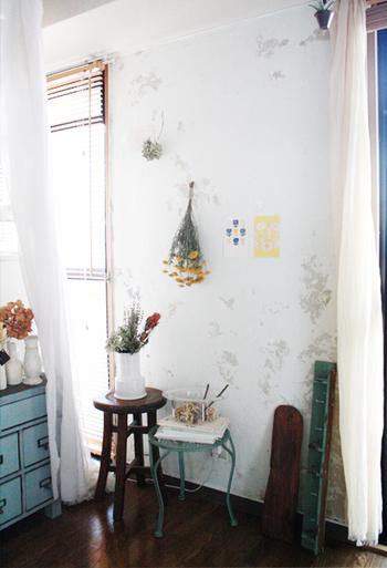 毎日過ごすお部屋は、やっぱりホッと安らぐ空間にしたいですね。自然素材を取り入れたナチュラルテイストのお部屋なら、リラックスした優しい気持ちで過ごせそう。
