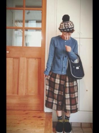 ノルディック柄は小物でもとっても素敵!大き目チェックや柄物靴下などにノルディック柄ニット帽を合わせるなど、個性的な着こなしを楽しむときは、アウターはシンプルなものにするなどしてバランスを取るのが大切です。