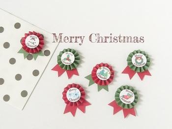 リボンも素敵ですが、こんな可愛いロゼットシールはいかが?シンプルなラッピングペーパーでもワンポイントにつけるだけで一気にクリスマス仕様に♪