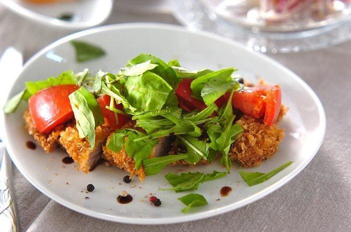 ガーリックの風味が食欲をそそるとんかつ。トマトやルッコラなどお野菜をたっぷりとトッピングすれば、ボリューム&栄養も満点です。お野菜は、レタスやベビーリーフなど、お好みのものを使ってもOK!