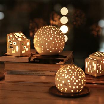 ホワイトモダンなノビリシリーズもあわせてころんと飾りたい。 夜は、暖炉のような光で、お部屋をそっとあったかい光で包んでくれます。