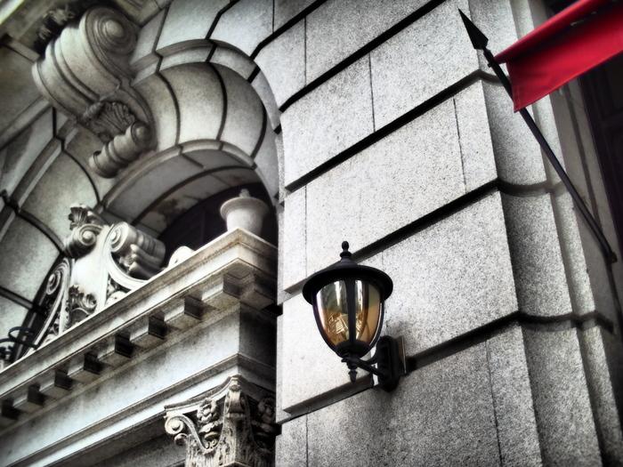 『堺筋倶楽部』は、もともと1931(昭和6)年に川崎貯蓄銀行大阪支店として建てられたものでした。ドイツのベルリン大聖堂に代表されるような、彫刻などの装飾にもこだわったバロック建築が特徴的です。