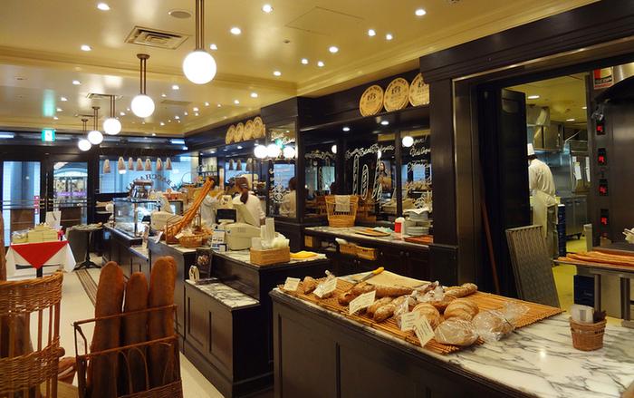 本場フランスさながら、シンプルなパンが多く置かれていることが特徴。もちろんここでパンを買って、併設のレストランで食べることもできますよ。なかでもバゲットは塩気が控えめで美味しいです。色々なアレンジにチャレンジしてみてください。