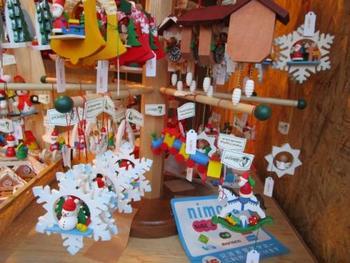 クリスマスオーナメントのヒュッテも並びます。 紐付きでツリーのオーナメントとしても使える、博多人形師・中村信喬氏プロデュースの「サンタ人形」も話題です。