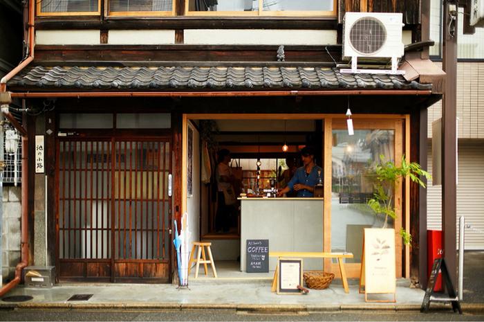 京阪電車 清水五条駅から徒歩5分。町家をリノベーションした風情のある佇まいのコーヒースタンド。テイクアウトしたコーヒーはお座敷で飲む事もできます。
