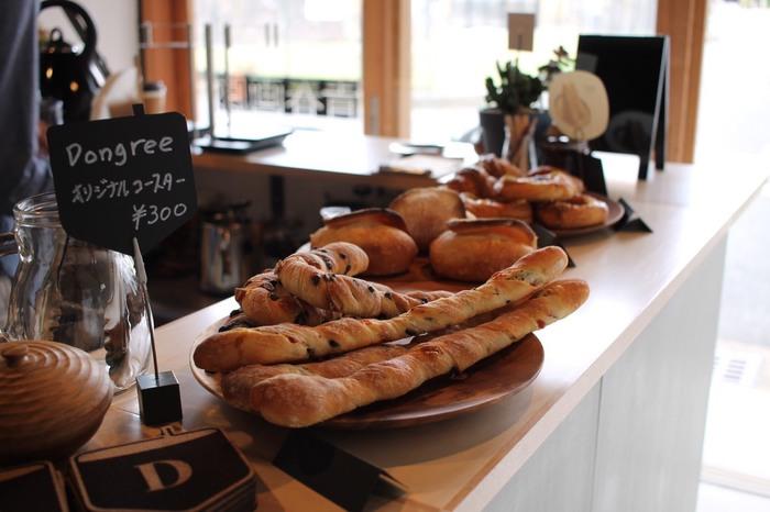 カウンターには、その日におすすめのパンが並んでいます。小腹がすいていたらサンドイッチ、少し甘いものが欲しい時には焼き菓子もありますよ。