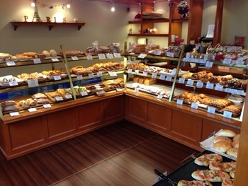 """「メゾン・カイザー」の魅力は、何と言っても""""日本に合わせたパン""""にしないところ。店内に並べられたパンは、どれもフランスにあるのと変わらないパンばかりです。小麦粉だけは日本のものですが、パンの製造においては本場さながら!"""