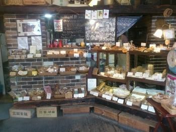 お店の中も、農村にあるパン屋さんみたいでかわいいですね。量り売りのパンもあり、いろいろな種類を少しづつ食べられるのもうれしいところ。