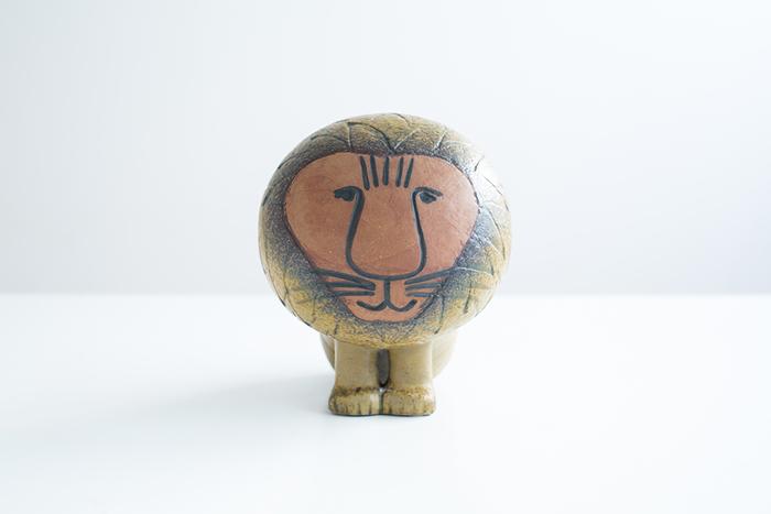 スウェーデンを代表する陶芸家リサ・ラーソンの陶器は、お部屋にユーモラスで穏やかなぬくもりを与えてくれます。