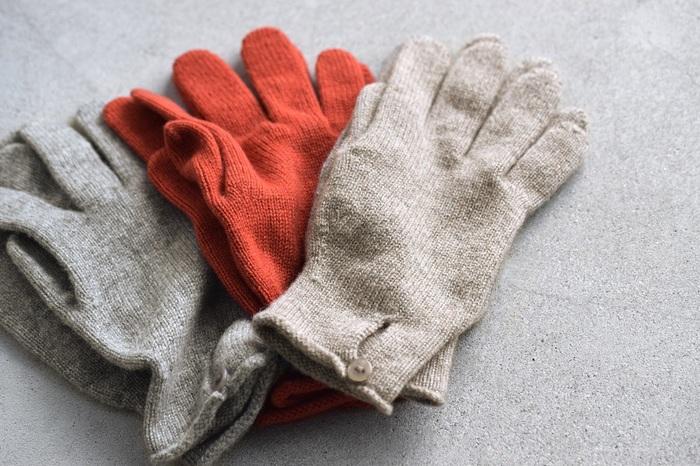 カシミヤ100%の上質な素材が活きるシンプルでコンパクトな手袋。一度使ったらやみつきになりそうな、なめらかでリッチな肌触りが魅力です。カジュアルにもキレイめにも合わせやすく、大人のデイリー使いにぴったり。