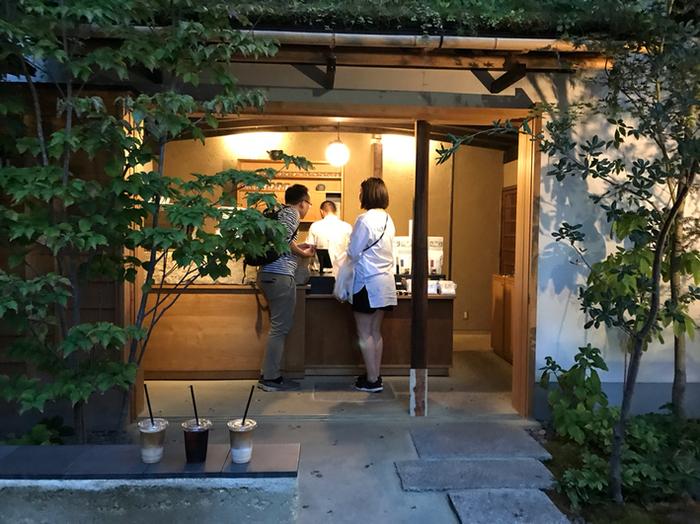 いかがでしたか。趣きのある建物の中に、コーヒーの香りと、落ち着いた雰囲気の広がるお店をご紹介しました。歴史と自然を感じる中で味わうコーヒーは、きっと別格でしょう。京都での散歩コースに、コーヒースタンドも入れてみませんか。