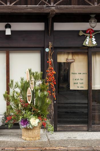 日本のお正月飾りといえば「注連(しめ)飾り」や「門松」、歳神様(としがみさま)へのお供えでもある「鏡餅」などがありますが、最近では、門松や鏡餅は飾らないおうちも多いかもしれませんね。