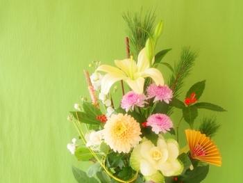 お花(生花)を飾りたいけれど、留守が多かったり忙しかったりで、なかなか手が出ない方もたくさんいらっしゃると思います。せっかくの一年の始まりには、お正月らしいお祝いのお花でお部屋を飾ってみませんか。