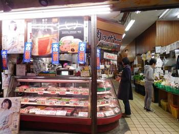散策のお供にスナック感覚で食べられるメンチカツはいかがでしょうか。谷中ぎんざ商店街「肉のサトー」はテレビでも多く取り上げられる人気のお総菜屋です。