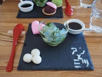 北海道産の小豆を3時間かけて煮た自家製のあんこと、上質な寒天をメインとしたアンミツがいただけます。こちらは、抹茶蜜が付いた「抹茶クリームアンミツ」。メニューの中には温かいお汁粉もあるので、冬の寒い日も楽しめます。