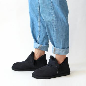 冷え込みがきつくなってくると、途端に外出が億劫になりますが、そんな時、ささっと履けて瞬時にあったかさを実感させてくれるムートンブーツは心強いアイテム。足首をちらりとのぞかせる「SHEPHERD(シェパード)」のシープスキンムートンアンクルブーツは、素足にラフに履いても素敵。フロント部分は折り返しも可能なので。気分で履き方を変えて、印象の違いを楽しんでみて。