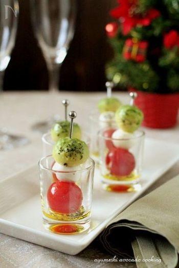 アボカドをくりぬいて、チーズとトマトをピンにさしたカプレーゼ・ピンチョス。味付けは、塩・バジル・オリーブオイルと、シンプルです。小さなグラスに入れて出せば、盛り付けのおしゃれ度もアップ。