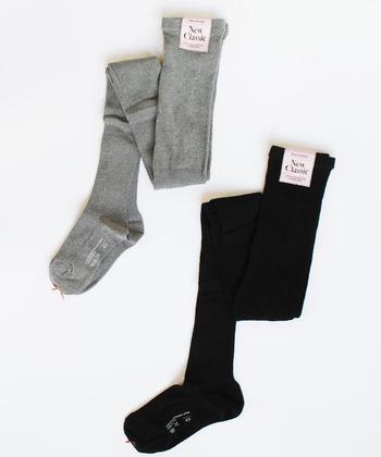 秋冬シーズンに手放せないタイツ。ベーシックなデザイン&カラーのものは、何本か持っておくと便利です。靴下と重ね履きして、足元のレイヤードを楽しんでみるのもおすすめです。