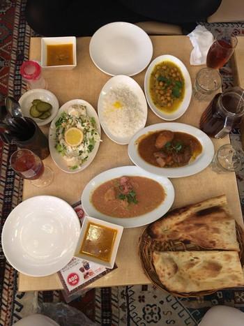 ラムの煮込みやキーマカレーなどの定番から、日本では珍しいイラン、トルコ、ウズベキスタンの家庭料理まで、豊富なメニューが並びます。ペルシャ絨毯の上に座っていただく座敷席もあり、異国情緒満点。