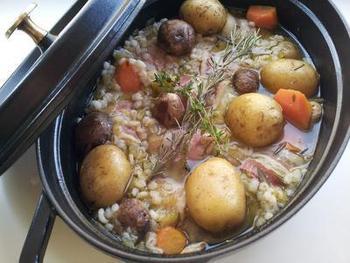 ブイヨンスープに具材を入れて煮るだけのポトフ。ロールキャベツと押し麦が1パック入っているので具沢山でお腹も満足ですね。