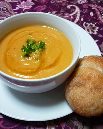クミンパウダーのスパイスを効かせたエジプトのレンズ豆のスープです。にんじん・たまねぎ・にんにくが入った栄養たっぷりで、異国の風味が愉しめます♪