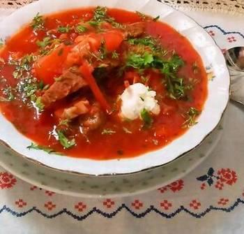 ビーツの色合いで見た目から暖かい、寒い国の代表格のスープです。牛肉をじっくり煮込んだコクと深みのあるスープがベースのボルシチ、今年の冬はぜひチャレンジしてみませんか。