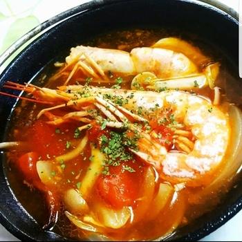 タイ料理で人気なトムヤムクンも家にある材料だけで、おうちで作れます。ピリ辛でちょっぴり酸っぱい味付けの鶏ガラスープが食欲をそそり、体を芯から温めてくれますよ。