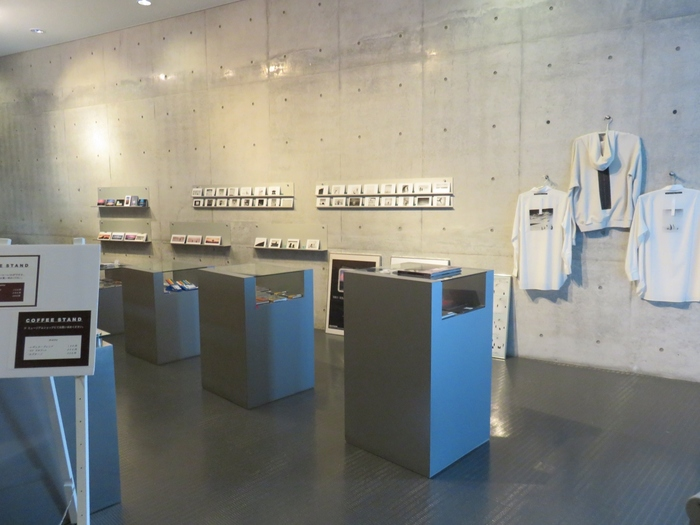 併設のミュージアムショップでは、美術館オリジナルの図録やポストカード、Tシャツなどオリジナルグッズの販売も。