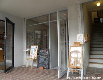 吉祥寺駅から約500m、個性的なお店が多いエリアにあるのは、、フィンランドのメニューが味わえるカフェと、北欧雑貨店が併設されたお店です。