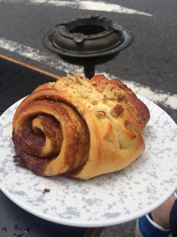 耳タイプのシナモンロールは、人気ベーカリーÅpent Bakerのものをオーブンで焼き上げて仕上げたもの。そのため、本場北欧のもののように、もっちりとした本格的な食感が味わえます。もちろん世界最高とまで言われた、コーヒーと一緒にいただくのがおすすめですよ。