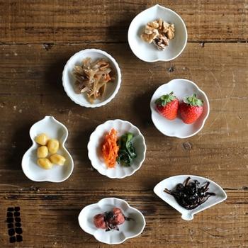 ひょうたんや扇、梅など日本らしい縁起のあるモチーフがそろった東屋の豆皿。取り分けのときや、ちょっとした薬味、調味料を盛り付けるのにもおすすめです。