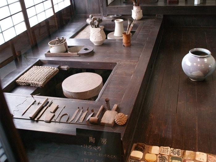 ろくろや作陶につかっていた道具が並ぶ作業場。道具のひとつひとつが美しいですね。