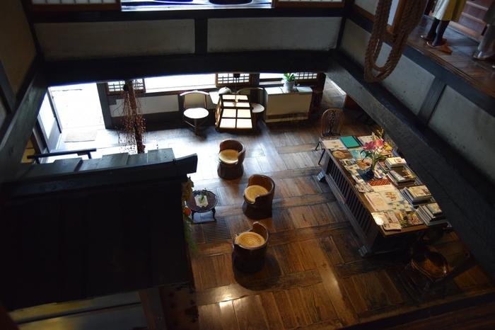 自宅兼工房である館内は、展示品とともに心和む落ち着いた雰囲気で、書物も置かれゆったりと出来ます。館内の写真撮影はOKですが、記帳する必要があります。