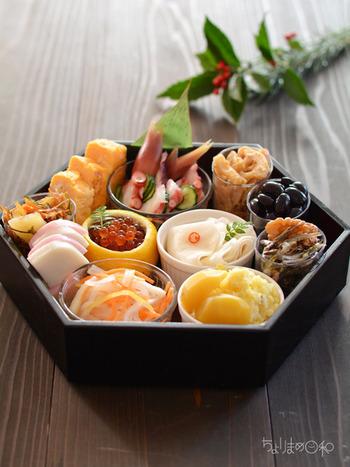 本来、重箱は重ねるものですが、重ねずにおせちを盛り付けるだけでもいいですね。 お猪口や小ぶりのカップを中に並べて、お料理を少しずつ盛っていくのも素敵ですよ!