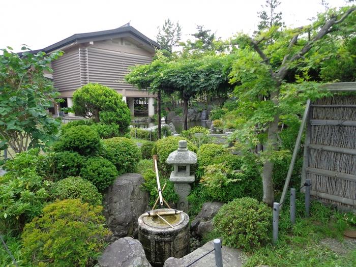 1975(昭和50)年に開館した「棟方志功記念館」は、校倉造りを模した建物で池泉回遊式の日本庭園と調和しています。季節の移ろいを感じさせてくれる美しい庭園も見ごたえがあります。