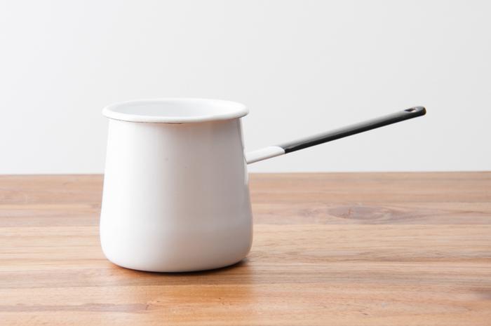 野田琺瑯のバターウォーマーは、飽きのこないシンプルなデザインが魅力。ちょうどコップ一杯分くらいの水を温められるので、一人分のホットミルクをつくったり、コーヒー用のお湯をわかしたりするのにぴったりです。
