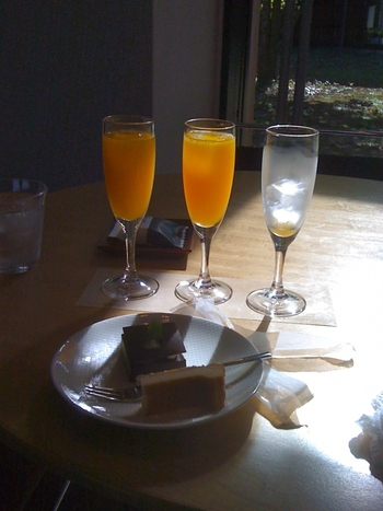 ■ カフェ・タンポポ 伊丹十三が愛飲していたシャンパンやビール、記念館を模したケーキや十三饅頭を味わえます。 愛媛県らしく柑橘類3種の飲み比べできる楽しいメニューも。