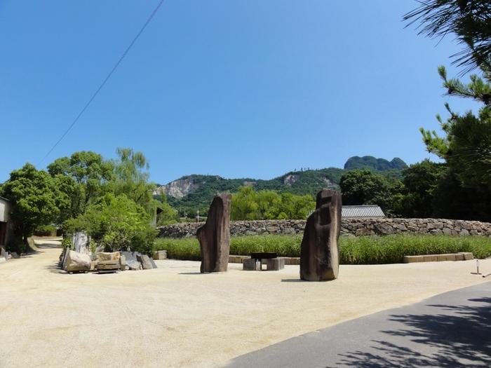 「イサム・ノグチ庭園美術館」は、お庭も建物も撮影禁止です。園外の景色でご想像下さい。