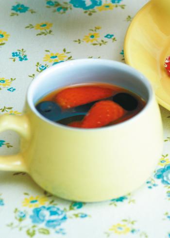 アツアツの紅茶に、いちごなどベリー類を浮かべて。なにげないけれど、可愛らしくて気分がリフレッシュできそう。ベリーをつぶしながら、味わいの変化を楽しんで。
