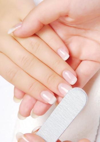 清潔感や上品さを出すために、爪は適度な長さに揃えておきましょう。 長さを整える際は、なるべく爪やすりを使ったほうが爪に優しいです。