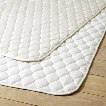 手持ちのマットレスが自分に合っていないと感じても、そう簡単に買い替えることができるものでもありませんよね。 そんなときには、ベッドパッドを追加してみてはいかがでしょう。マットレスだけよりも寝心地がアップしますよ。  ベッドパッドはマットレスの上に直接敷いて、その上からカバーやシーツを使用します。マットレスが汗などで汚れないようにするためのものでもあります。これから新しくマットレスを購入する方は、ぜひ一緒にベッドパッドも購入してくださいね。