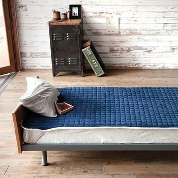 敷パッドは季節によって変えるとより快適に眠れます。 春秋には、綿やパイル素材のもの。夏には、接触冷感という触れるとヒンヤリと感じる素材。冬にはマイクロファイバーなどの保温性があるものがおススメです。掛布団と合わせて調節すると良いでしょう。