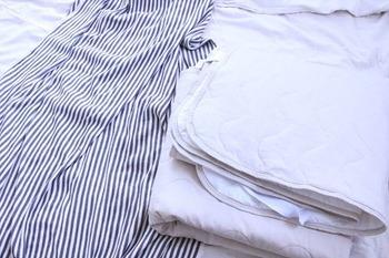 敷パッドは、敷布団やベットマットレスのカバーの上に敷いて使います。ベッドパッドと違い、直接肌に触れるものですので、肌ざわりや保温性などで選ぶと良いでしょう。