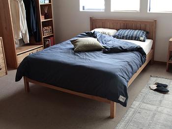 カバーリングやカーテンなど、寝室にあるファブリック類の色も快適な睡眠のためには重要です。  青色や緑色が気分が落ち着く色なので、眠る時には最適と言われています。ほかにもベージュやパステルカラーの黄色なら良いとされています。 赤やオレンジなどは興奮させる色なので、寝室にはできる限り避けた方がいいでしょう。
